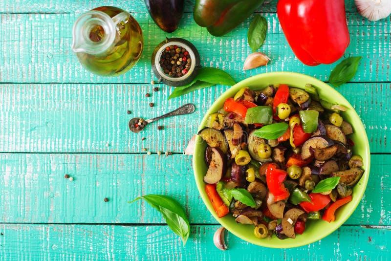 Aubergine épicée chaude de ragoût, poivron doux, olives et câpres avec des feuilles de basilic photos libres de droits