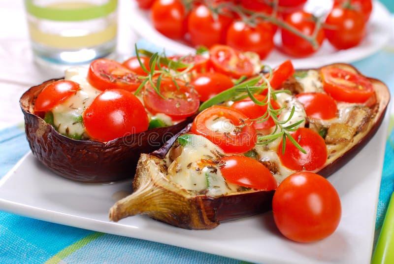 Aubergine заполненный с томатом вишни и моццареллой стоковая фотография rf