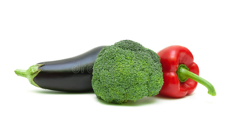 Aubergine, Brokkoli und Gemüsepaprika lokalisiert auf weißem backgroun stockfotografie
