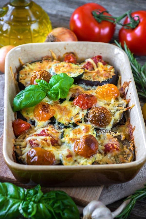 Aubergine, courgette en tomaat met mozarella stock foto's