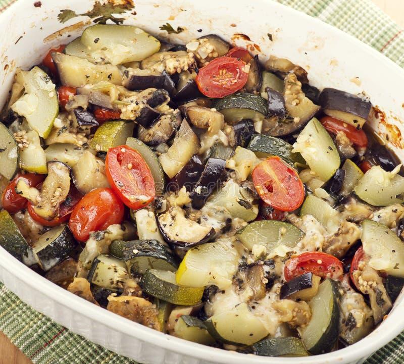 Aubergine, courgette en tomaat met mozarella stock afbeelding