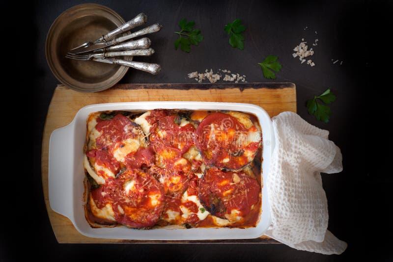 Aubergine cuite au four fraîche Parmigiana photographie stock libre de droits