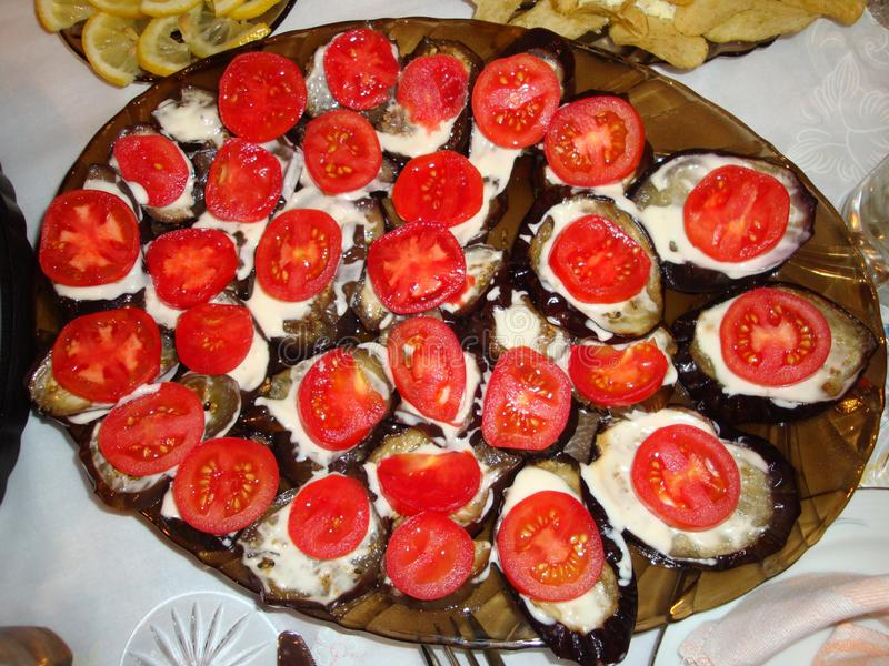 Aubergine in de oven met knoflooksaus die wordt gebakken stock foto