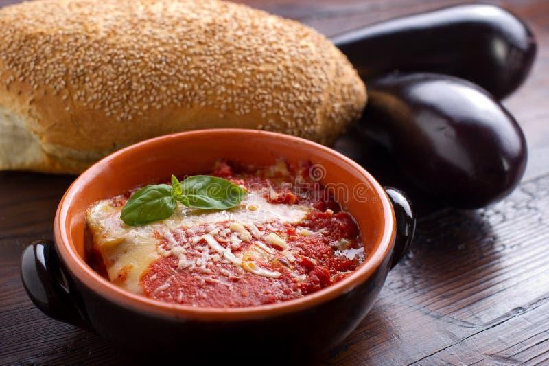 aubergine de parmigiana sur la cuvette images stock
