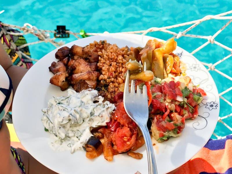 Aubergine de plat d'apéritif/salade turques d'aubergine, yaourt Haydari, riz de bulgur, chiche-kebab de poulet, haricots verts av image libre de droits