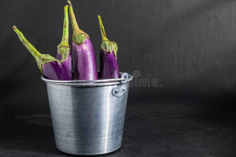 Aubergine in een mand stock foto's