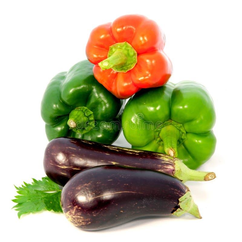 Aubergine en kleurrijke peper op witte achtergrond royalty-vrije stock afbeelding