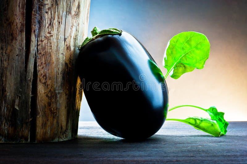 Aubergine en spinazie op hout royalty-vrije stock foto