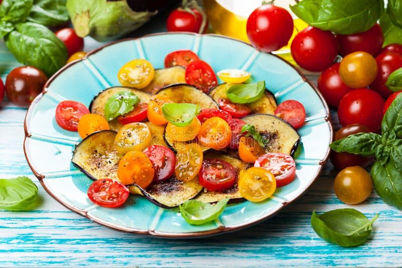 Aubergine en tomatensalade royalty-vrije stock fotografie