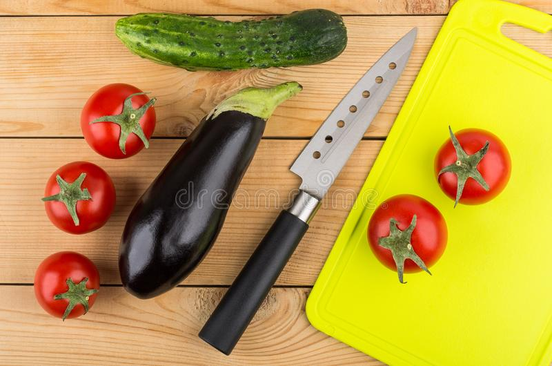 Aubergine, komkommer, tomaten, keukenmes, scherpe raad op Ta stock foto
