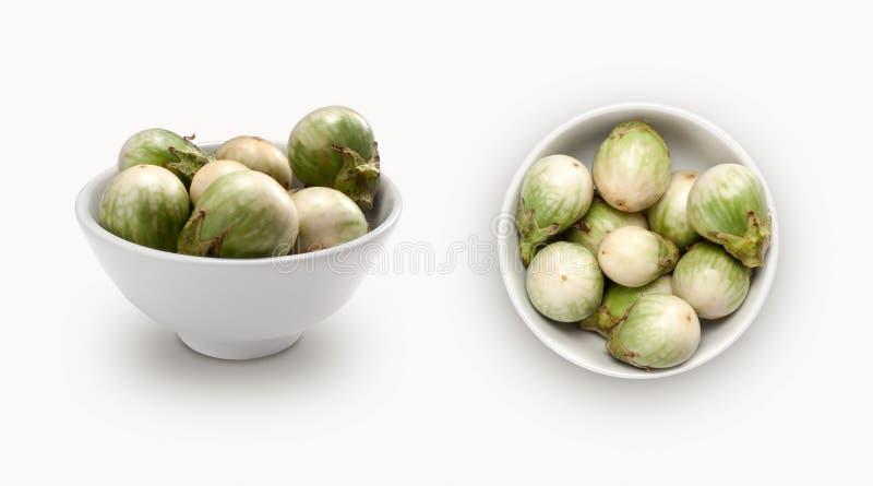 Aubergine lokalisiert in einer Schüssel lizenzfreie stockfotos