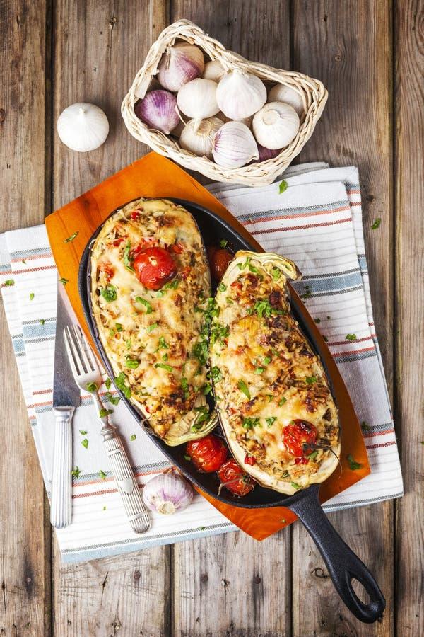 Aubergine met Groenten en Kaas wordt gevuld die stock afbeelding