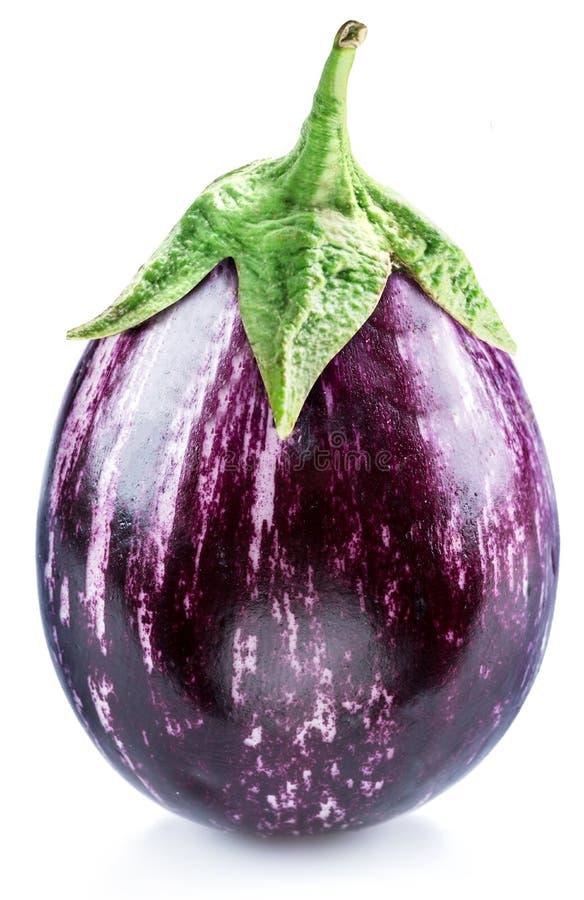 Aubergine of aubergine op witte achtergrond stock foto's