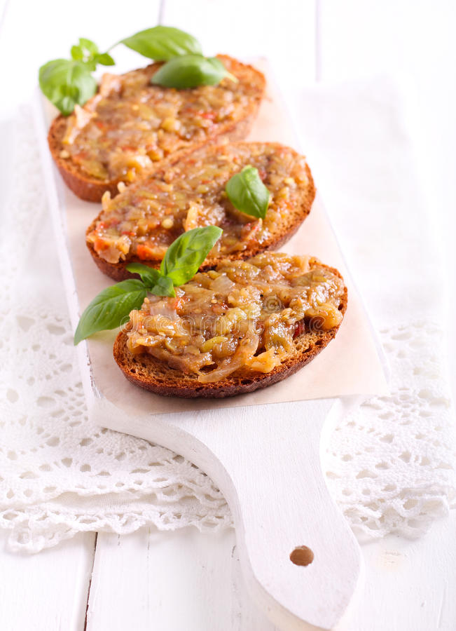 Aubergine over bruin brood wordt uitgespreid dat royalty-vrije stock afbeelding