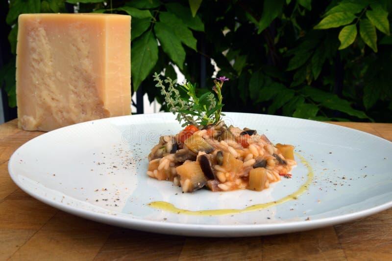 Aubergine risotto i Parmigiano ser fotografia stock