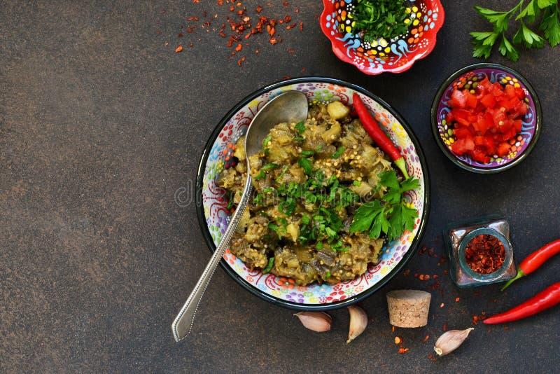 Aubergine sautée Salade des aubergines cuites au four sur un fond foncé images libres de droits