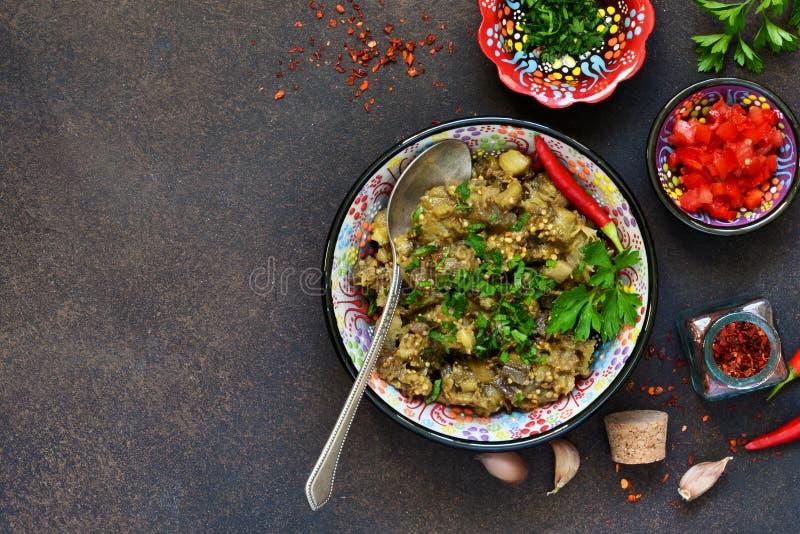 Aubergine sautée Salade des aubergines cuites au four sur un fond foncé image libre de droits