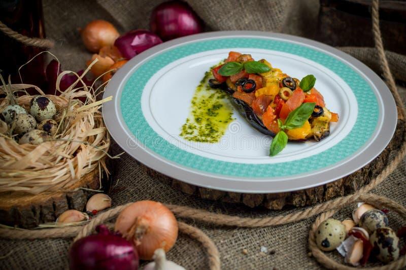 Aubergine som bakas med grönsaker royaltyfria foton