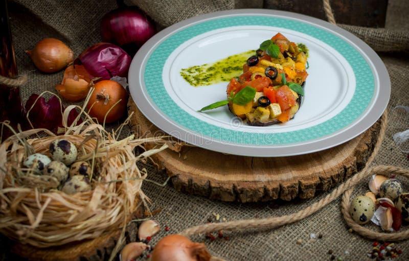 Aubergine som bakas med grönsaker arkivfoton