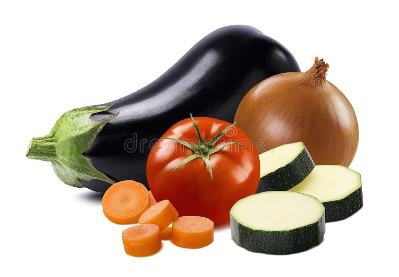 Aubergine-, tomat-, lök-, morot- och zucchinistycken som isoleras på vit bakgrund arkivbild