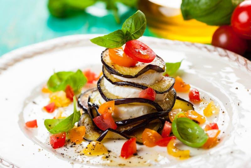 Aubergine, Tomaten en Mozarellastapels royalty-vrije stock afbeeldingen
