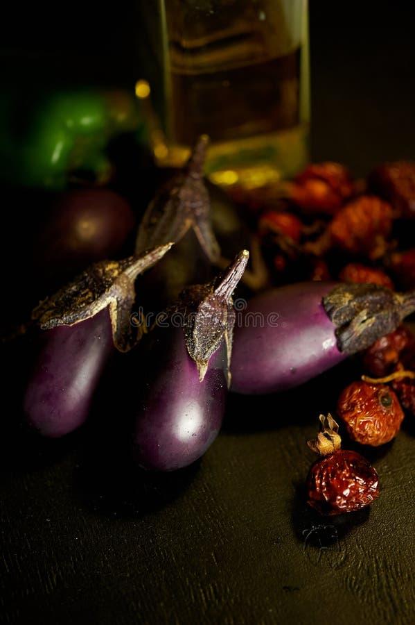 Aubergine, torkat nypon och olivolja En angenäm lunch och tacksägelsefest royaltyfri fotografi