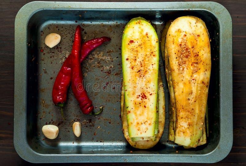Aubergine und Zucchini für das Grillen auf Eisenbackblech, fahne Das Konzept der gesunder Ernährung und des köstlichen Lebensmitt stockbild