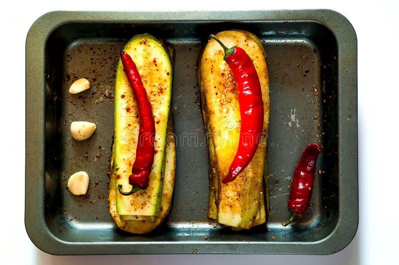 Aubergine und Zucchini für das Grillen auf Eisenbackblech, lokalisiert fahne Das Konzept des gesunden Essens stockfoto