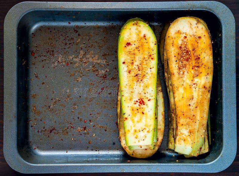 Aubergine und Zucchini mit Gewürzen für das Grillen auf Eisenbackblech, fahne Das Konzept des gesunden Essens lizenzfreie stockbilder