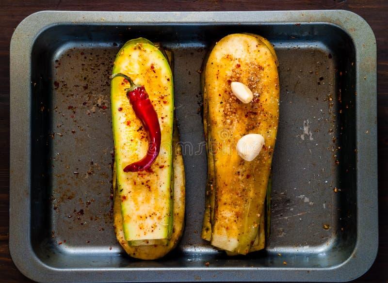 Aubergine und Zucchini mit Gewürzen für das Grillen auf Eisenbackblech, fahne Das Konzept des gesunden Essens lizenzfreies stockbild