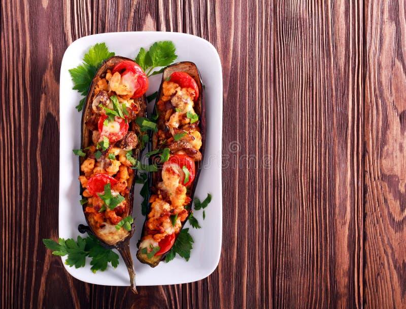 Aubergine z kurczakiem polędwicowym, pomidorem i serem, zdjęcia royalty free