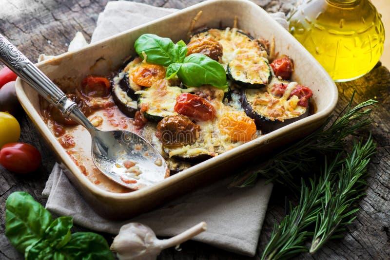 Aubergine, zucchini och tomat med mozzarellaen arkivfoton