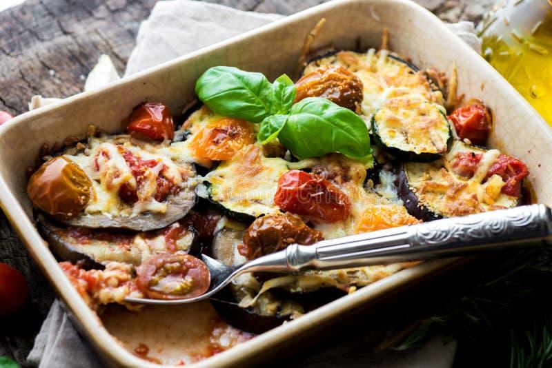 Aubergine, zucchini och tomat med mozzarellaen royaltyfri bild