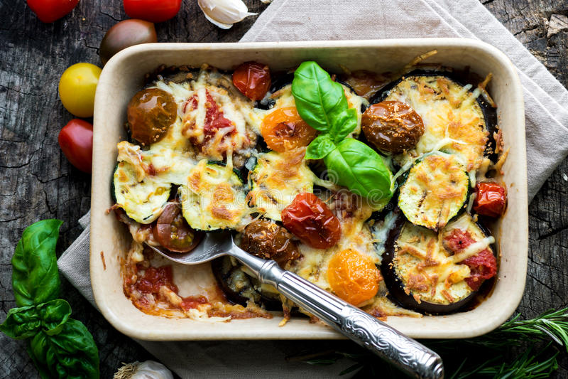 Aubergine, zucchini och tomat med mozzarellaen royaltyfri foto