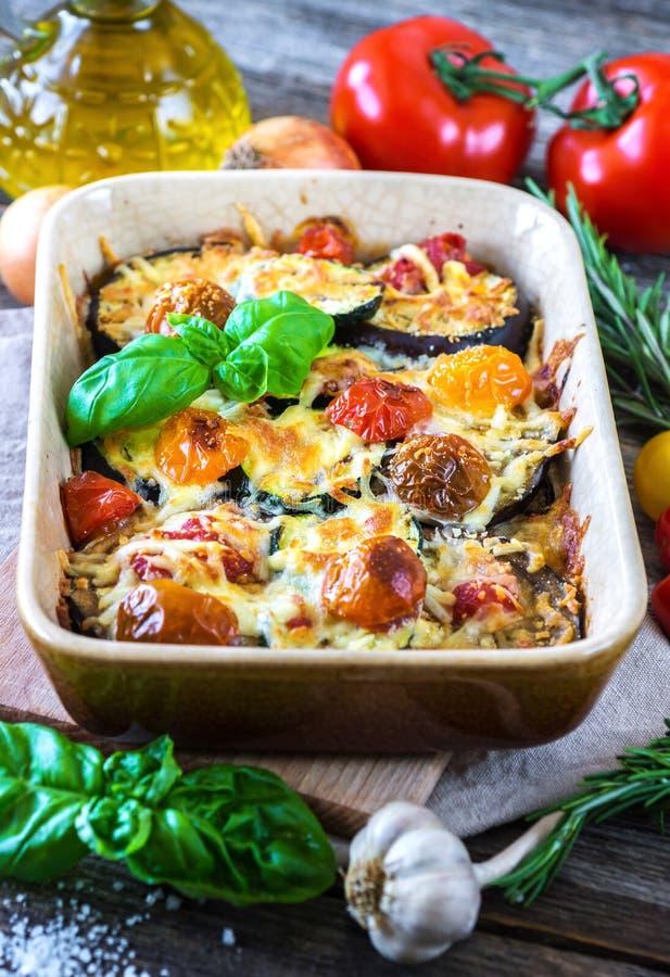 Aubergine, zucchini och tomat med mozzarellaen arkivbild