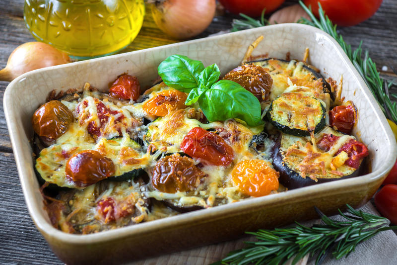 Aubergine, zucchini och tomat med mozzarellaen arkivfoto