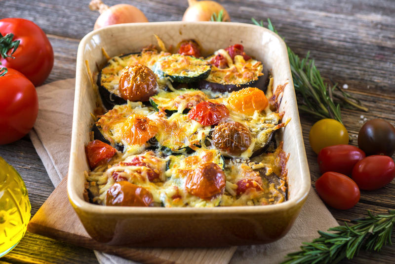 Aubergine, zucchini och tomat med mozzarellaen arkivbilder
