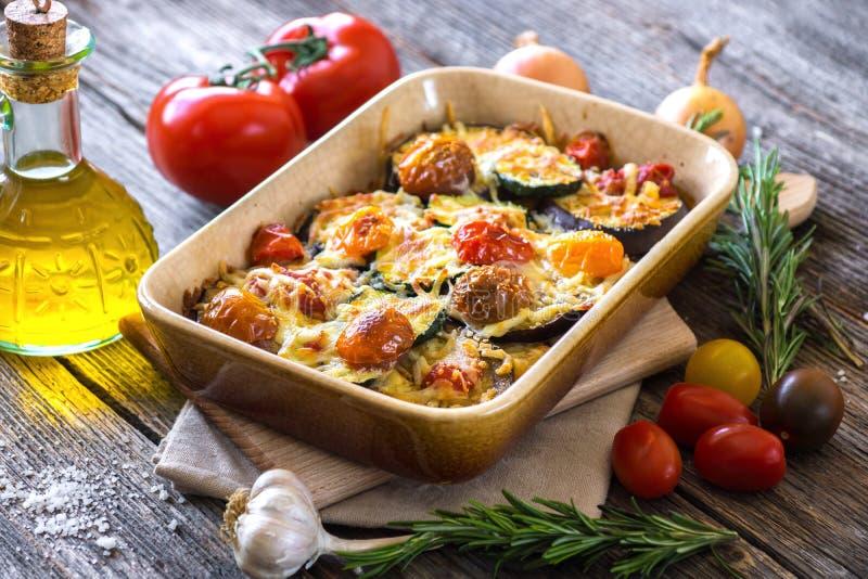 Aubergine, zucchini och tomat med mozzarellaen fotografering för bildbyråer