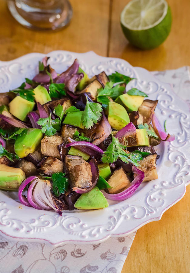 Aubergineauberginesallad Avokadosallad Grillat grönsakrecept arkivfoton