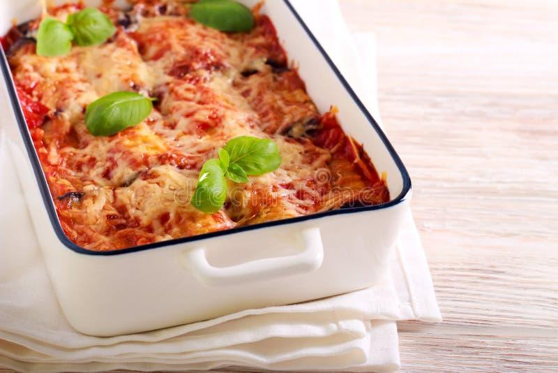 Auberginebroodjes met kaas en kruid het vullen royalty-vrije stock foto
