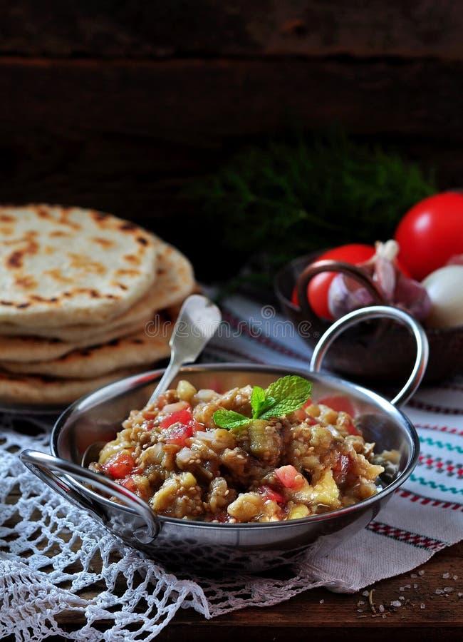 Auberginekaviaar (salade) met tomaat, witte ui, olijfolie en overzees zout met lavashbrood stock afbeeldingen