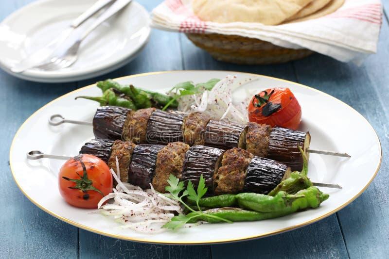 Auberginekebab, patlican kebab, turkisk kokkonst royaltyfri fotografi