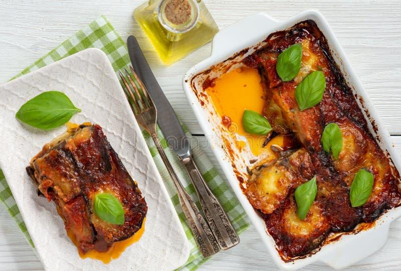Auberginenkasserolle mit Parmesankäse, melanzane alla parmigiana, italienische Küche lizenzfreie stockfotografie