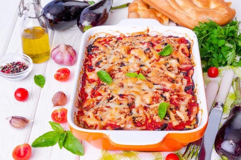 Auberginenkasserolle mit Tomatensauce, K?se und frischem Basilikum lizenzfreie stockfotografie
