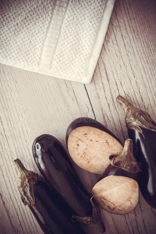 Aubergines на деревянной предпосылке стоковое фото