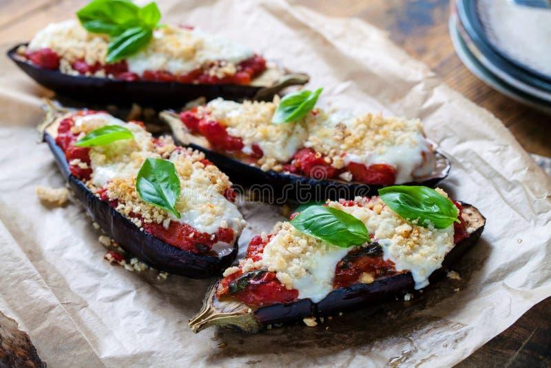 Aubergines с моццареллой, томатами и базиликом стоковое изображение rf