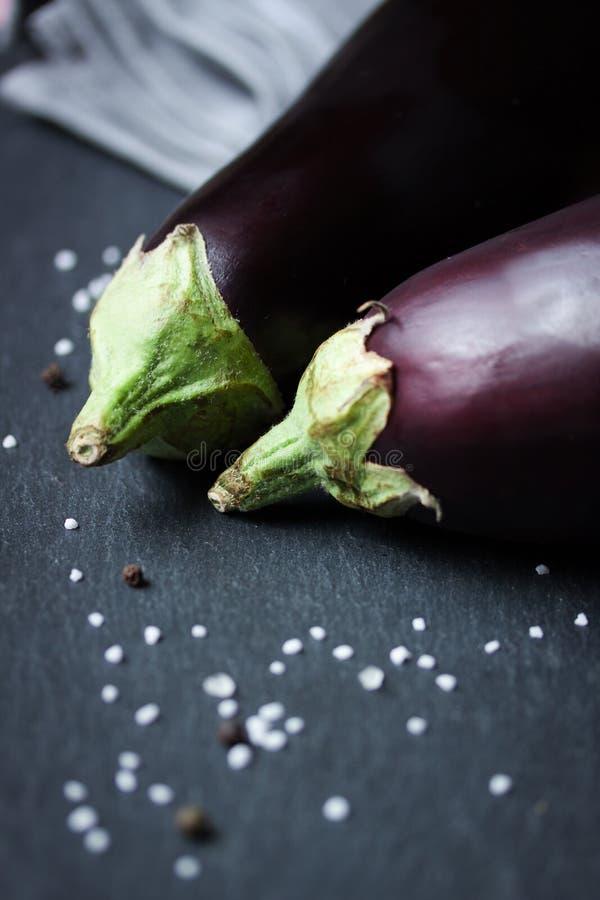 Aubergines с солью и перцем стоковая фотография