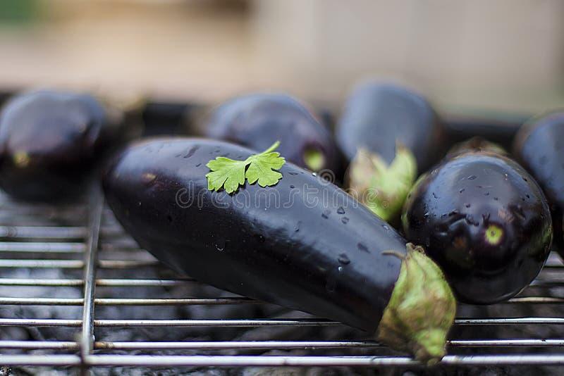Aubergines bij de grill met peterselieblad royalty-vrije stock afbeeldingen