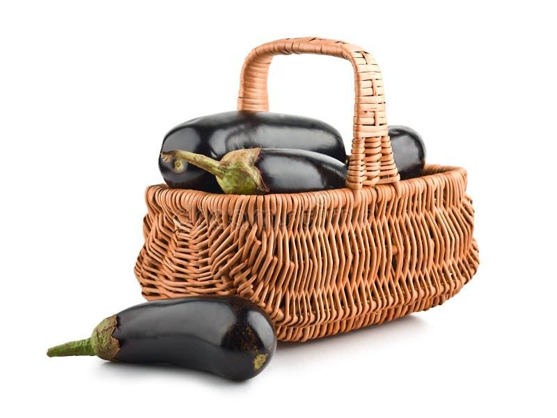 Aubergines de couleur noire dans le panier photographie stock libre de droits