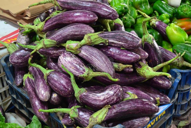Aubergines in de Griekse markt royalty-vrije stock fotografie